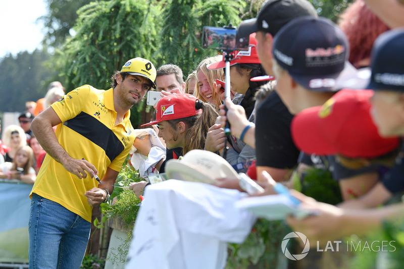 Carlos Sainz Jr., Renault Sport F1 Team fans selfie