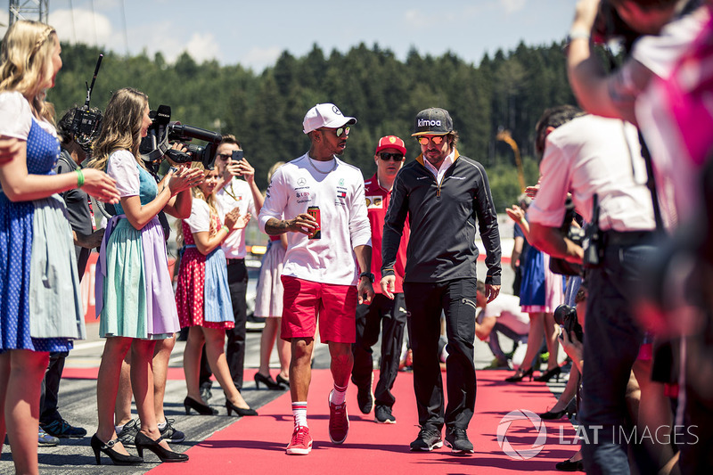 Lewis Hamilton, Mercedes-AMG F1 and Fernando Alonso, McLaren, en el drivers parade