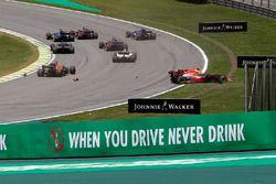 Daniel Ricciardo, Red Bull Racing RB13 et Stoffel Vandoorne, McLaren MCL32 se percutent au départ