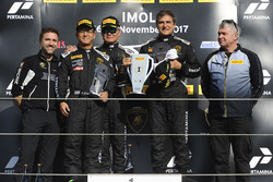 Podium Asia AM : le vainqueur Andres Josephsohn, GDL Racing, les deuxièmes, George Chou, Samson Chan, Top Speed Racing Team