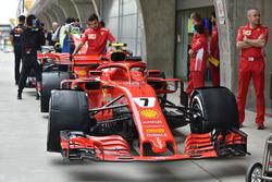 La monoplace de Kimi Raikkonen, la Ferrari SF71H, dans les stands