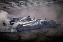 Race winner Valtteri Bottas, Mercedes AMG F1 W08, celebrate with doughnuts