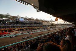 Départ : Valtteri Bottas, Mercedes-Benz F1 W08 mène