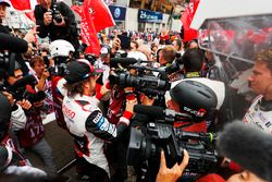 Fernando Alonso, Toyota Gazoo Racing celebrates with the team