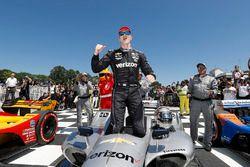 Josef Newgarden, Team Penske Chevrolet, festeggia nella Victory Lane