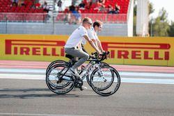 Valtteri Bottas, Mercedes AMG F1, à vélo sur le circuit