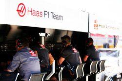 Guenther Steiner, Team Principal, Haas F1, y el equipo de Haas F1 en la pared del pit