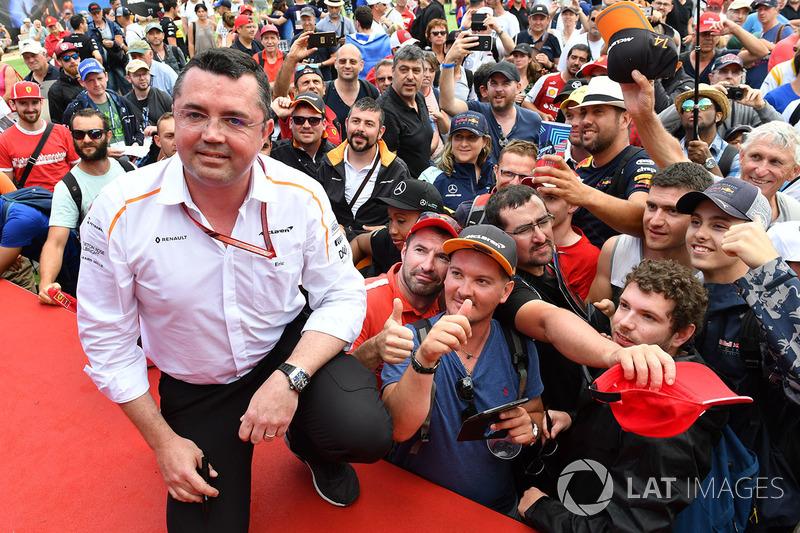 Eric Boullier, McLaren Racing Director y fans