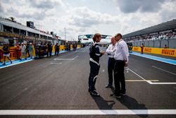 Charlie Whiting, director de carrera de a FIA, Bruno Michel, y Marco Codello