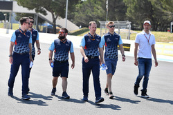 Sergey Sirotkin, Williams walks the track with Alex Wurz, Williams Driver Coach