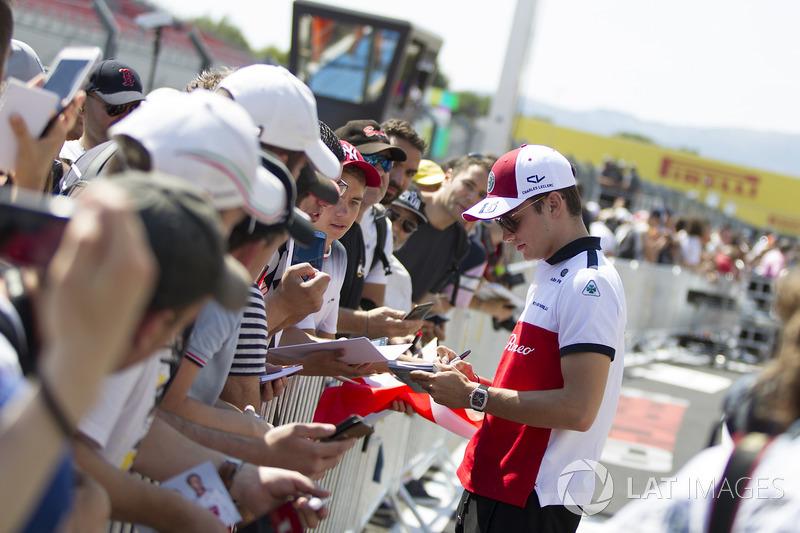 Charles Leclerc, Sauber memberikan tanda tangan kepada penggemar