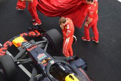 Sebastian Vettel, Ferrari regarde la Red Bull Racing RB14