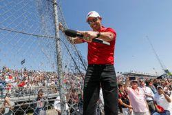 Helio Castroneves, Team Penske Chevrolet, effectue le Start Your Engines debout sur le grillage