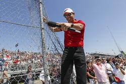 Hakem, Helio Castroneves, Team Penske Chevrolet, tellerden motorlarınızı çalıştırın komutunu veriyor