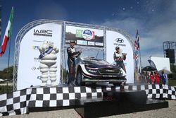 Podium: Winnaars Sébastien Ogier, Julien Ingrassia, M-Sport Ford WRT Ford Fiesta WRC