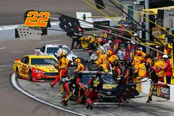 Martin Truex Jr., Furniture Row Racing, Toyota Camry 5-hour ENERGY/Bass Pro Shops Joey Logano, Team Penske, Ford Fusion Pennzoil pit stop