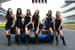Grid girls with the safety car