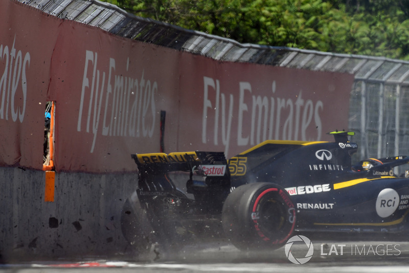 Carlos Sainz Jr, Renault Sport F1 Team RS18 crashes