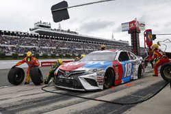 Kyle Busch, Joe Gibbs Racing, Toyota Camry M&M's Red White & Blue pit stop