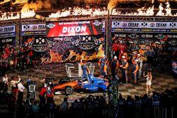 Scott Dixon, Chip Ganassi Racing Honda celebra en Victory Lane