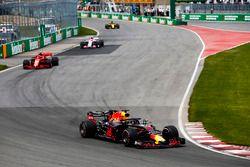 Daniel Ricciardo, Red Bull Racing RB14, Kimi Raikkonen, Ferrari SF71H, Esteban Ocon, Force