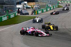Sergio Pérez, Force India VJM11, sale sobre el césped después de un toque con Carlos Sainz
