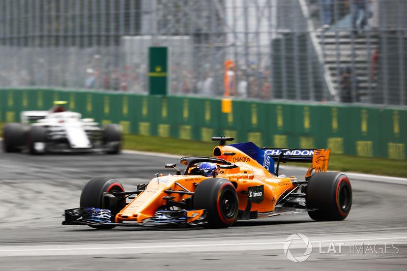 Fernando Alonso, McLaren MCL33, por delante de Charles Leclerc, Sauber C37