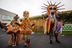 Persone mascherate in stile Giorno dei Morti nel paddock