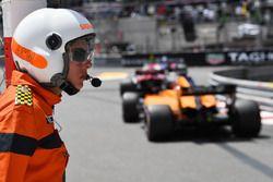Fernando Alonso, McLaren MCL33 et un commissaire