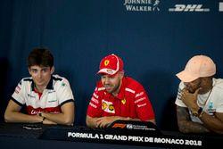 Charles Leclerc, Sauber, Sebastian Vettel, Ferrari y Lewis Hamilton, Mercedes-AMG F1 en la conferencia de prensa