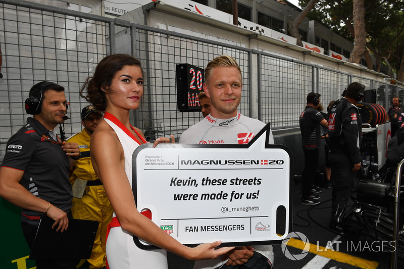 Kevin Magnussen, Haas F1 on the grid with grid girl