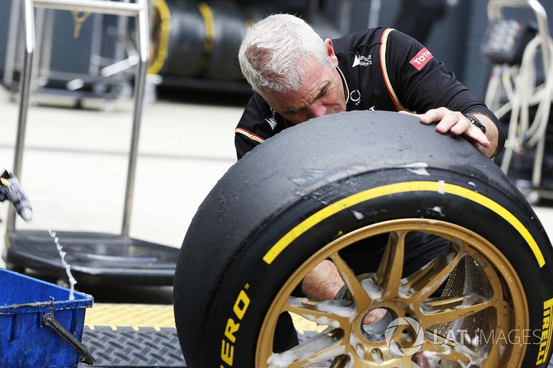 Un membro del team Lotus al lavoro su una gomma da 18 pollici