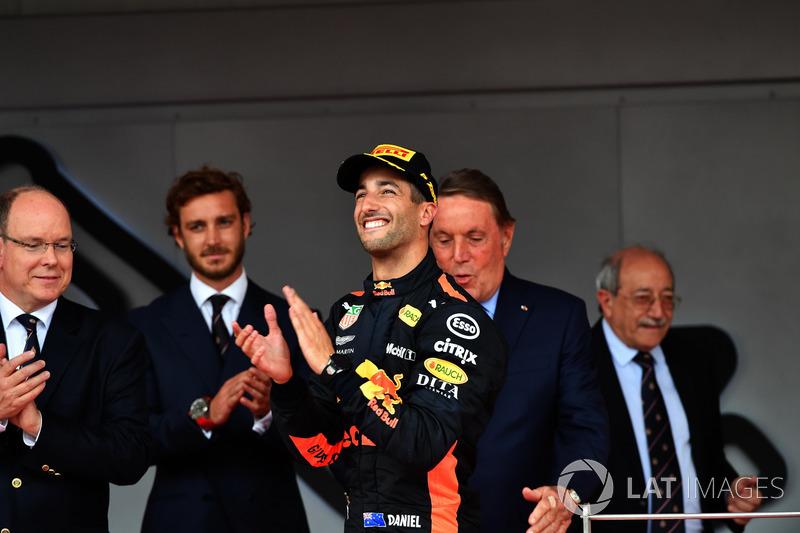 Le vainqueur Daniel Ricciardo, Red Bull Racing sur le podium