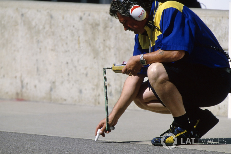 Un técnico de neumáticos de Michelin Chequea las temperaturas de pista