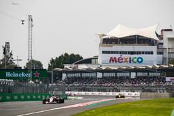 Esteban Ocon, Sahara Force India F1 VJM10, Carlos Sainz Jr., Renault Sport F1 Team RS17