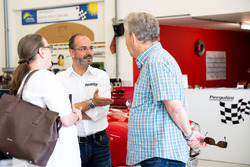 Fahrer Dario Pergolini im Gespräch mit Gästen