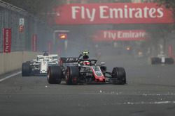 Kevin Magnussen, Haas F1 Team VF-18 with puncture on lap one