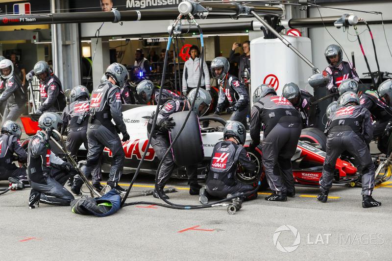 Romain Grosjean, Haas F1 Team VF-18 Ferrari, effettua un pit stop