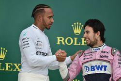 Lewis Hamilton, Mercedes-AMG F1 et Sergio Perez, Force India, sur le podium