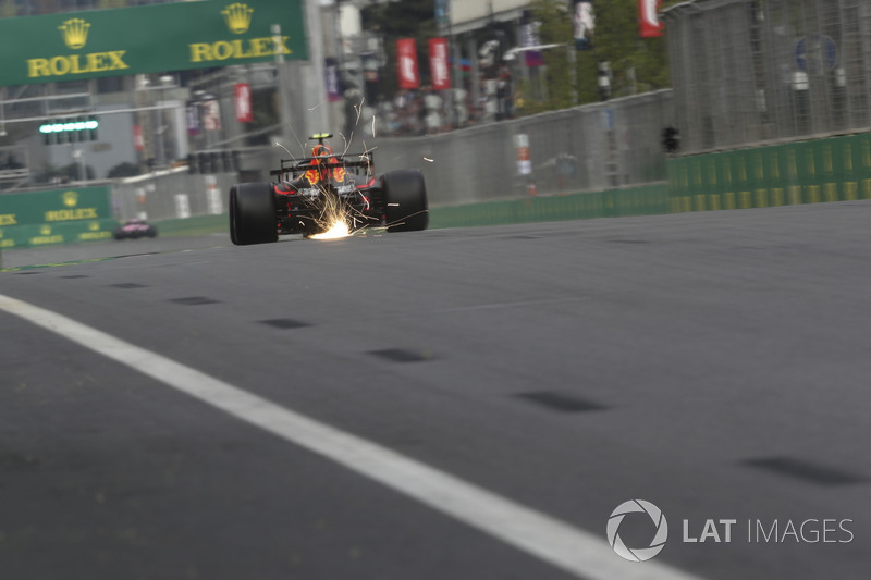 Max Verstappen, Red Bull Racing RB14 saca chipas
