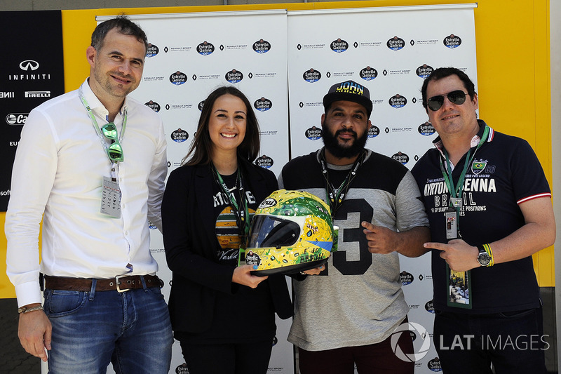Juan Paz, Estrella Galicia, Alessandra Valllini, Fundación Ayrton Senna, Carlos Sainz Jr., Renault Sport F1 Team, con un diseño especial de Shock Maravillha