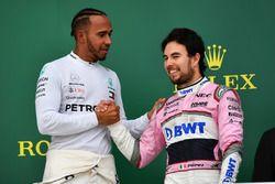 Le vainqueur Lewis Hamilton, Mercedes-AMG F1 et Sergio Perez, Force India, sur le podium