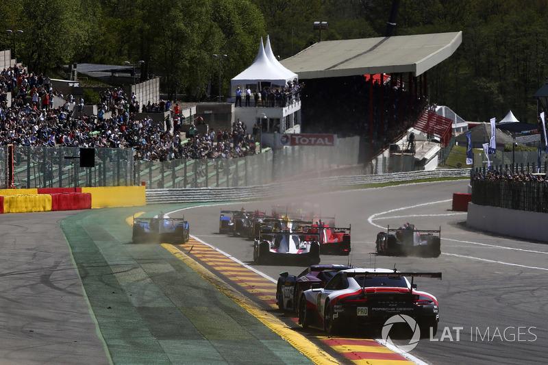 El inicio #8 Toyota Gazoo Racing Toyota TS050: Sébastien Buemi, Kazuki Nakajima, Fernando Alonso leads