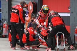 Chaz Davies, Aruba.it Racing-Ducati SBK Team Pirelli tyre change