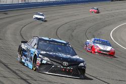 Erik Jones, Joe Gibbs Racing, Toyota Camry Sirius XM e Joey Logano, Team Penske, Ford Fusion AAA Southern California