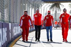 Caminando por la pista Sebastian Vettel, Ferrari y Maurizio Arrivabene, director de Ferrari