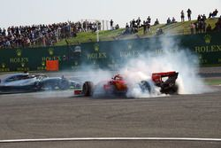 Sebastian Vettel, Ferrari SF71H trompea tras su toque con Max Verstappen, Red Bull Racing RB14 y Lewis Hamilton, Mercedes-AMG F1 W09 EQ Power+ les pasa