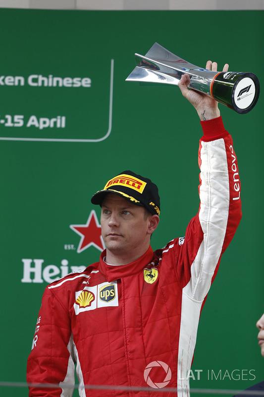 Kimi Raikkonen, Ferrari, sur le podium avec son trophée