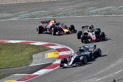Lewis Hamilton, Mercedes-AMG F1 W09 EQ Power+, Kevin Magnussen, Haas F1 Team VF-18 en Daniel Ricciardo, Red Bull Racing RB14