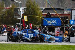 Kyle Benjamin, Joe Gibbs Racing, Peak Antifreeze & Coolant Toyota Camry, pit stop